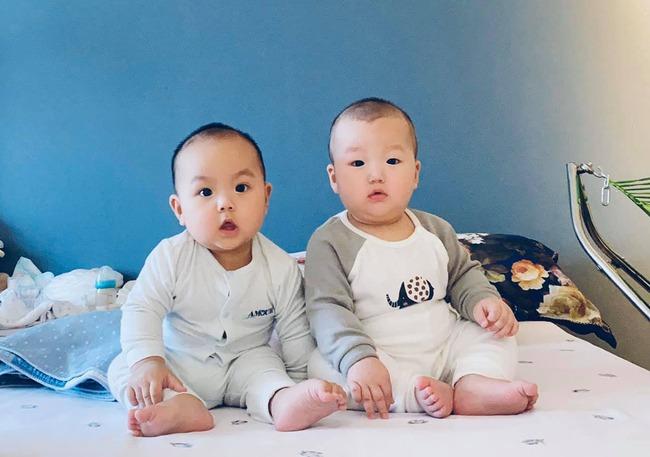"""""""Tan chảy"""" với vẻ siêu đáng yêu của các cặp sinh đôi nhà sao Việt, ngắm xong các mẹ lại muốn """"sản xuất"""" thêm cho mà xem - Ảnh 4."""
