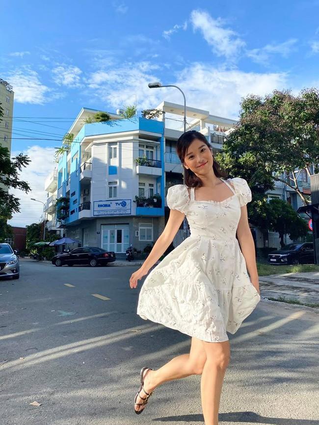 Hoàng Yến Chibi diện đầm trắng xuống phố.