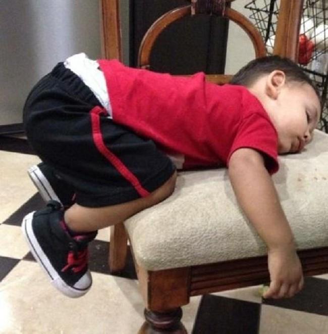 """Những tư thế ngủ có """"thần thái đỉnh cao"""" của các bé, xem xong ai nấy cười té ghế - Ảnh 1."""