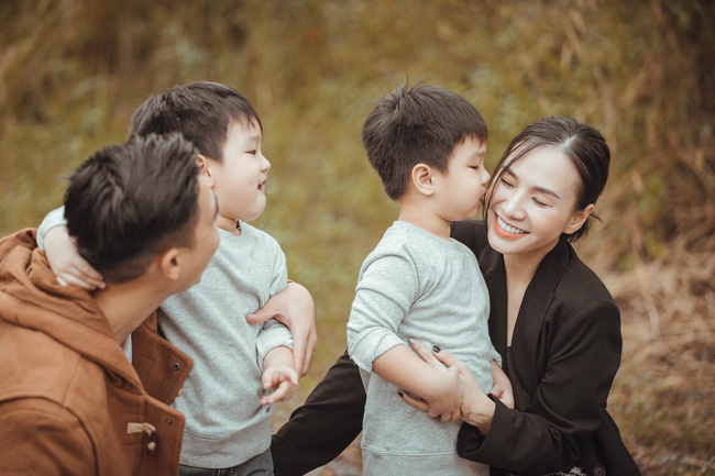 """""""Tan chảy"""" với vẻ siêu đáng yêu của các cặp sinh đôi nhà sao Việt, ngắm xong các mẹ lại muốn """"sản xuất"""" thêm cho mà xem - Ảnh 20."""