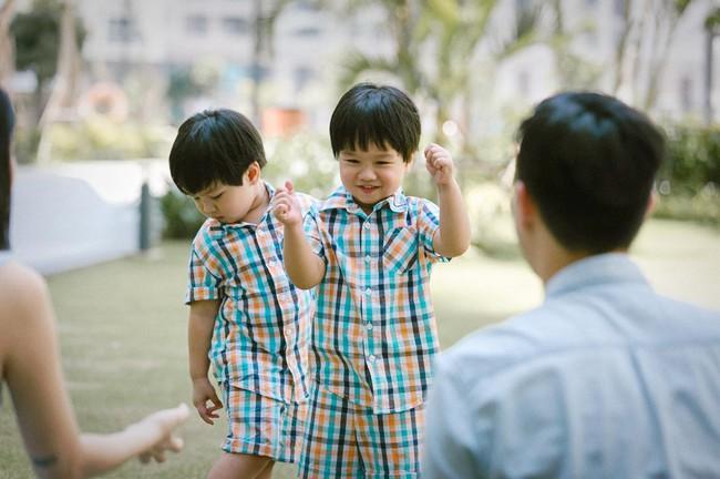 """""""Tan chảy"""" với vẻ siêu đáng yêu của các cặp sinh đôi nhà sao Việt, ngắm xong các mẹ lại muốn """"sản xuất"""" thêm cho mà xem - Ảnh 19."""