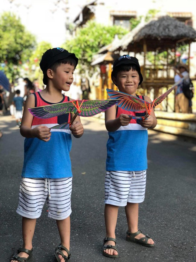 """""""Tan chảy"""" với vẻ đáng yêu của các cặp sinh đôi nhà sao Việt, ngắm xong các mẹ lại muốn """"sản xuất"""" thêm cho mà xem - Ảnh 27."""