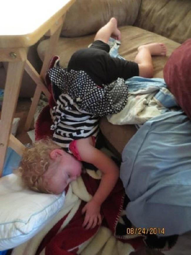 """Những tư thế ngủ có """"thần thái đỉnh cao"""" của các bé, xem xong ai nấy cười té ghế - Ảnh 3."""