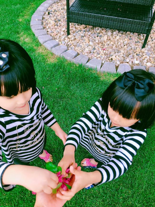 """""""Tan chảy"""" với vẻ siêu đáng yêu của các cặp sinh đôi nhà sao Việt, ngắm xong các mẹ lại muốn """"sản xuất"""" thêm cho mà xem - Ảnh 24."""