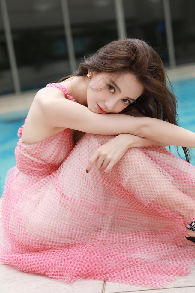 Angelababy diện váy lưới, khoe cận cảnh vẻ quyến rũ bên hồ bơi sau khi thất thế trước Triệu Lệ Dĩnh trong cuộc đua hương sắc của các bà mẹ 1 con - Ảnh 1.