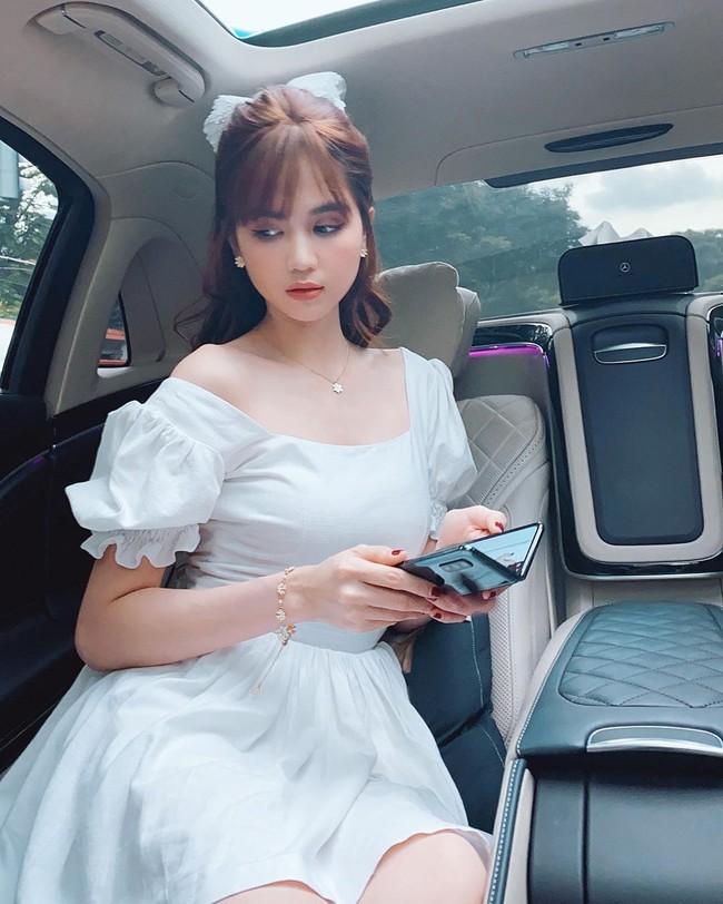 Ngọc Trinh xinh như công chúa khi mặc đầm trắng tinh khôi.
