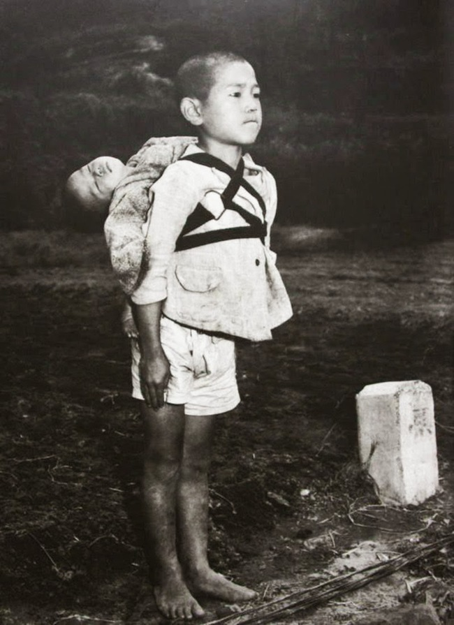 Bức ảnh anh cõng em trên lưng gây xúc động mạnh vì tình trạng đứa trẻ phía sau, trở thành biểu tượng đau thương của thời chiến tranh bom đạn - Ảnh 2.