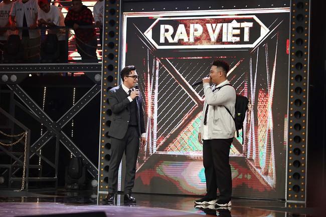 """Trấn Thành gây tranh cãi vì miệt thị ngoại hình thí sinh """"Rap Việt"""", bị chê vô duyên khi mời thức ăn thừa ngay trên sóng truyền hình - Ảnh 4."""