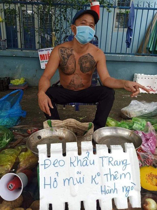 """Chú Minh Râu - người bán rau nổi tiếng lại hot trên mạng xã hội vì tấm bảng """"không đeo khẩu trang bán đắt gấp đôi"""" - Ảnh 3."""