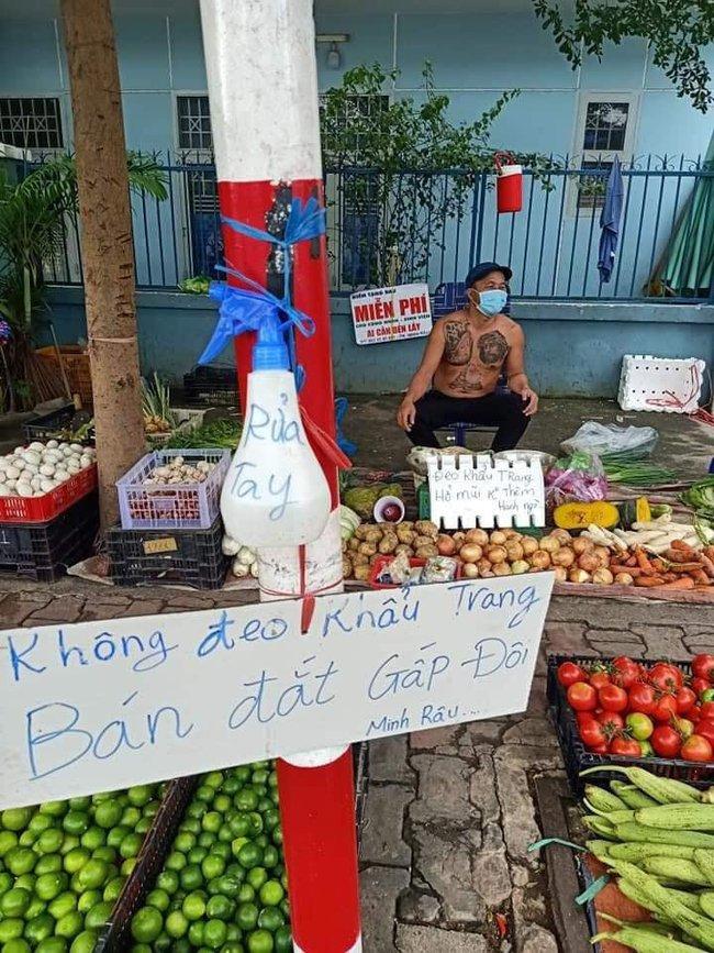 """Chú Minh Râu - người bán rau nổi tiếng lại hot trên mạng xã hội vì tấm bảng """"không đeo khẩu trang bán đắt gấp đôi"""" - Ảnh 2."""
