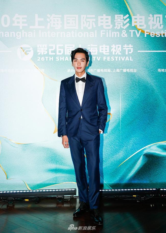 Trương Nhược Quân có mặt từ khá sớm, tuy vẫn giữ được phong độ nhưng có vẻ như nam diễn viên đã gầy đi khá nhiều khiến fan lo lắng.