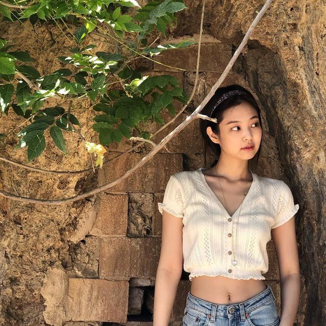 """Jennie diện crop top theo những cách thật tinh tế mà tôn dáng hết cỡ, hay nhất là không khó để chị em """"đu"""" theo - Ảnh 5."""