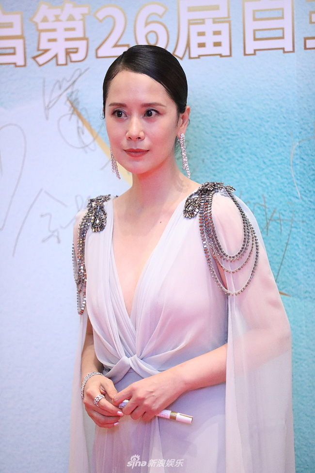 Hải Thanh nổi bật trên thảm đỏ với vẻ đẹp không tuổi cùng bộ váy đẹp xuất sắc.