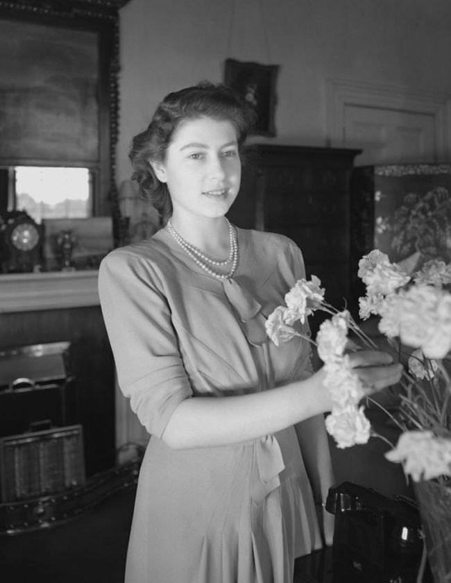 Một loạt ảnh hiếm thời trẻ của Nữ hoàng Anh cho thấy bà đích thực là tuyệt sắc giai nhân với khí chất khó ai sánh bằng - Ảnh 7.