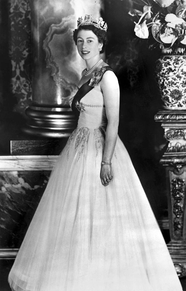 Một loạt ảnh hiếm thời trẻ của Nữ hoàng Anh cho thấy bà đích thực là tuyệt sắc giai nhân với khí chất khó ai sánh bằng - Ảnh 9.