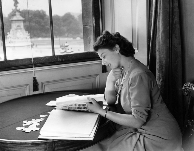 Một loạt ảnh hiếm thời trẻ của Nữ hoàng Anh cho thấy bà đích thực là tuyệt sắc giai nhân với khí chất khó ai sánh bằng - Ảnh 6.