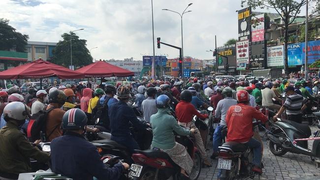TP.HCM xuất hiện hố tử thần rộng hơn 3m: Người dân gặp khó khăn trong di chuyển do không hay biết sự cố sau 1 đêm mưa lớn kỉ lục - Ảnh 5.
