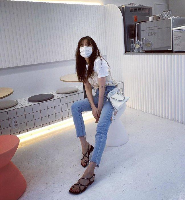 Bạn sẽ không biết mặc quần skinny jeans xấu là gì nếu học 14 set đồ xịn đẹp sau đây của sao Hàn - Ảnh 9.