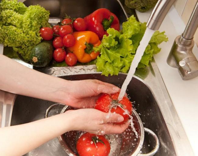 Đi chợ, rửa rau, giặt đồ mùa COVID-19: Cần thực hiện đúng theo những khuyến cáo này của WHO để bảo vệ gia đình khỏi sự lây lan của virus - Ảnh 4.