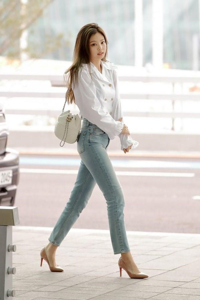 Bạn sẽ không biết mặc quần skinny jeans xấu là gì nếu học 14 set đồ xịn đẹp sau đây của sao Hàn - Ảnh 1.