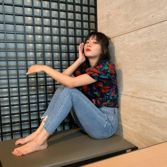 Bạn sẽ không biết mặc quần skinny jeans xấu là gì nếu học 14 set đồ xịn đẹp sau đây của sao Hàn - Ảnh 7.