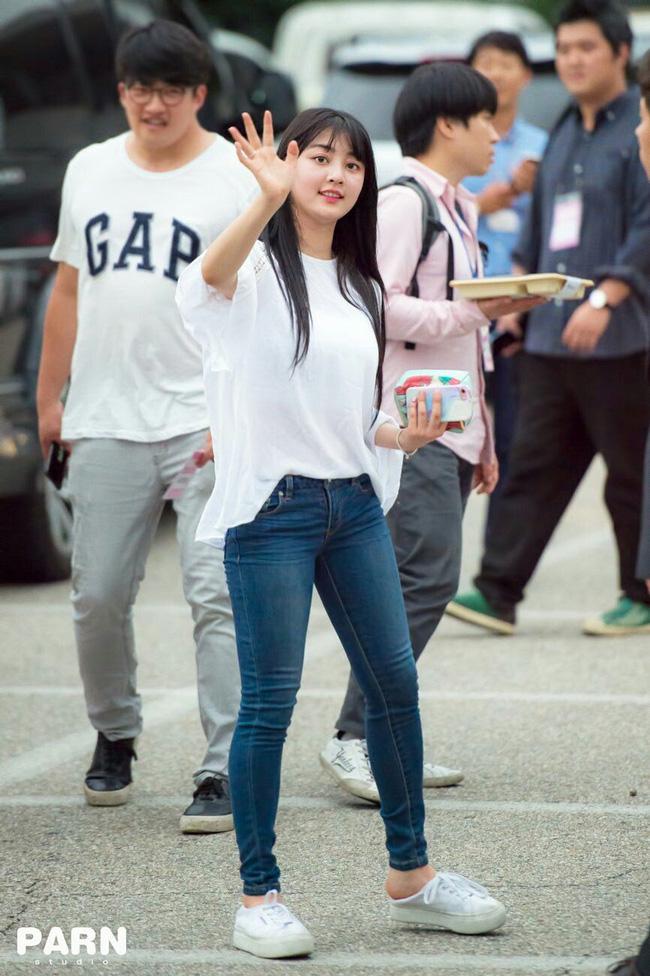 Bạn sẽ không biết mặc quần skinny jeans xấu là gì nếu học 14 set đồ xịn đẹp sau đây của sao Hàn - Ảnh 2.