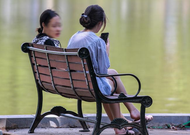 Hà Nội: Người dân thờ ơ trước việc tái xử phạt không đeo khẩu trang - Ảnh 10.