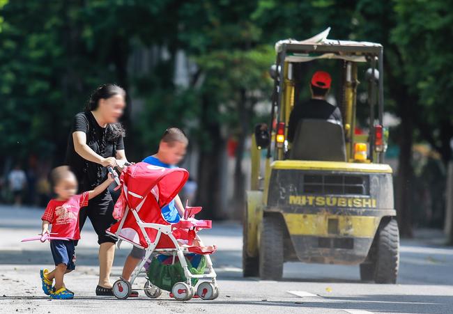 Hà Nội: Người dân thờ ơ trước việc tái xử phạt không đeo khẩu trang - Ảnh 12.
