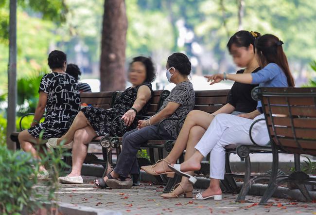 Hà Nội: Người dân thờ ơ trước việc tái xử phạt không đeo khẩu trang - Ảnh 13.