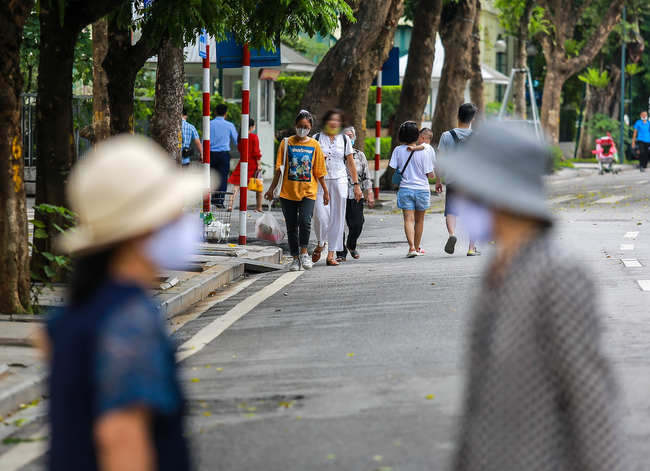 Hà Nội: Người dân thờ ơ trước việc tái xử phạt không đeo khẩu trang - Ảnh 14.