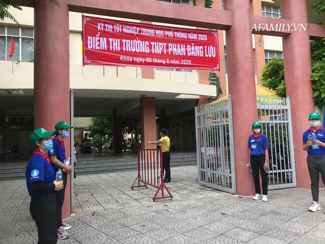 Gần 900.000 thí sinh làm thủ tục dự thi tốt nghiệp THPT 2020, đeo khẩu trang nghiêm túc để phòng tránh dịch Covid-19 - Ảnh 3.