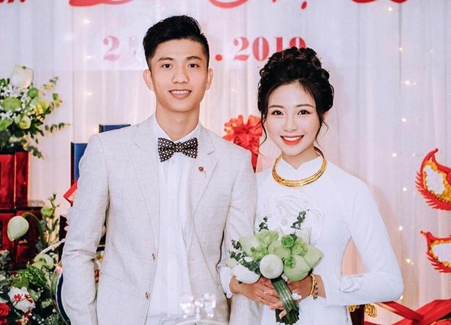 Vừa chào đời, công chúa nhỏ của Phan Văn Đức đã đốn tim dân mạng bằng biểu cảm cực kỳ đáng yêu khi được bế - Ảnh 1.