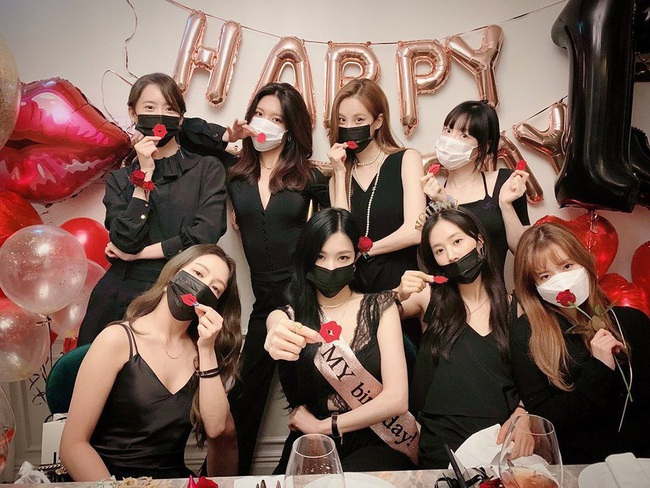 """Tiệc kỷ niệm 13 năm debut của SNSD là chuyện vui nhưng lại khiến Hyoyeon """"nặng gánh"""" vì dress code - Ảnh 5."""