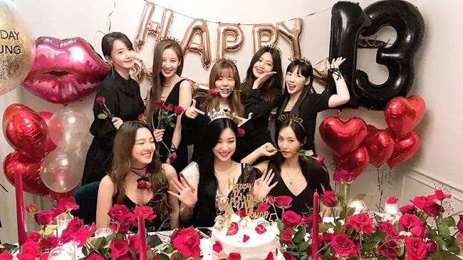 """Tiệc kỷ niệm 13 năm debut của SNSD là chuyện vui nhưng lại khiến Hyoyeon """"nặng gánh"""" vì dress code - Ảnh 4."""