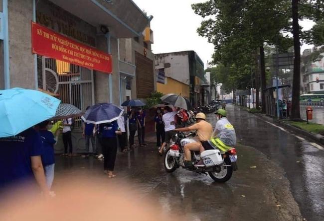 Hình ảnh đẹp mùa thi: Nữ sinh gặp mưa lớn được đồng chí CSGT nhường áo mưa rồi đưa đến tận địa điểm thi - Ảnh 3.