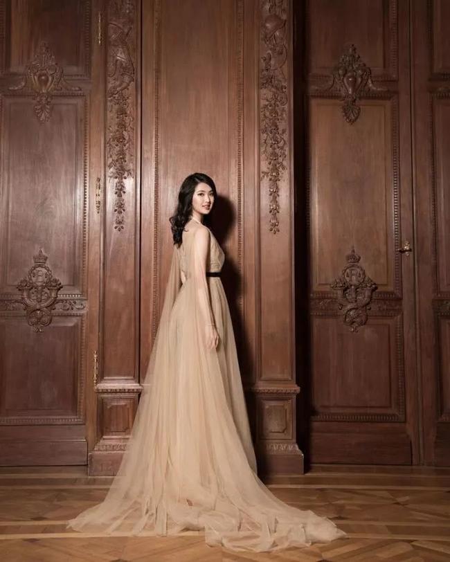 Loạt ảnh ái nữ của ông trùm Huawei: Học giỏi, bình dị nhưng khi khoác lên chiếc váy dạ hội lập tức trở thành công chúa kiều diễm vạn người mê - Ảnh 13.