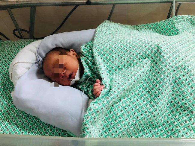 Bé trai sơ sinh bị mẹ bỏ rơi trong khe tường ở Hà Nội có thể xuất viện, gia đình sắn sàng đón về nuôi - Ảnh 1.