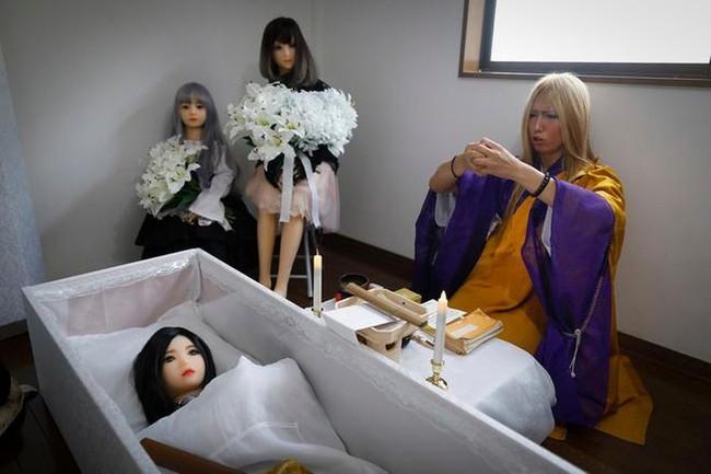 """Bị gia đình cấm cản hoặc đã hết hạn sử dụng, nhiều đàn ông Nhật làm """"đám tang"""" cho búp bê tình dục với chi phí gần 20 triệu đồng - Ảnh 2."""