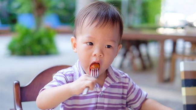 Bé trai 4 tuổi tử vong, ngạt thở khi ăn nho ở trường: Bố mẹ có con nhỏ nhất định cần lưu ý những điều sau - Ảnh 1.