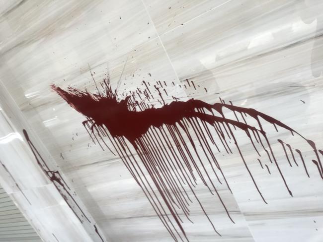 """Căn nhà bề thế, hai mặt tiền của Trọng Hưng bị ném chất bẩn trong đêm, hình ảnh về """"kẻ côn đồ"""" đã được ghi lại tất cả - Ảnh 2."""