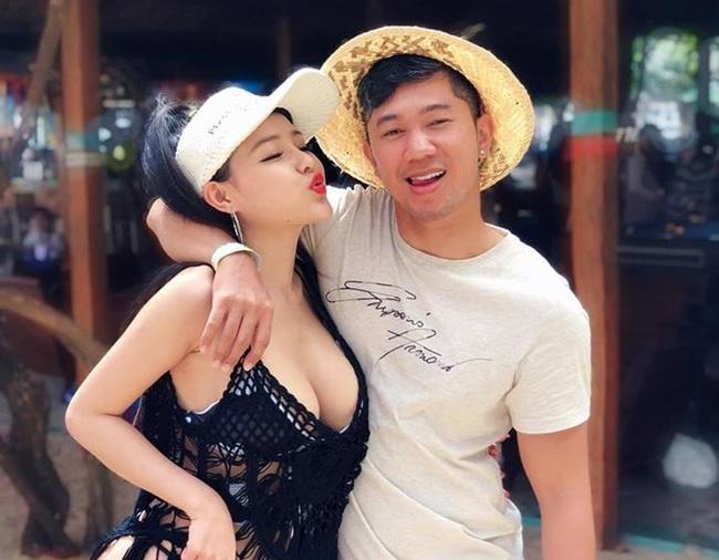 Ngân 98 lại bị mỉa mai khi đăng hình chụp thân mật với Quang Lê, bàn tay của nam ca sĩ đặc biệt gây tranh cãi - Ảnh 2.