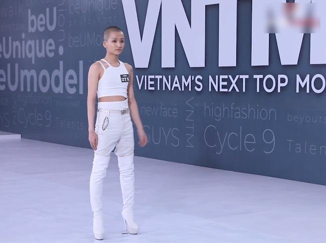 Vietnam's Next Top Model: Võ Hoàng Yến quát lớn nam thí sinh cạo đầu đi thi người mẫu nhưng nói gì cũng đều không hiểu - Ảnh 1.