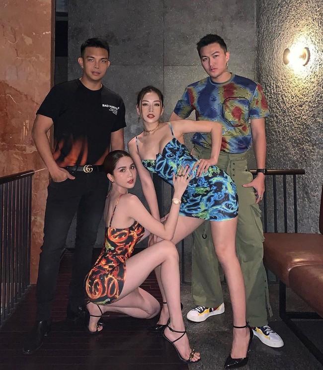 """Chi Pu diện váy ôm bó sát đọ eo thon ngực đầy với đàn chị nhưng ai cũng chú ý tới """"bàn tay hư hỏng"""" của Ngọc Trinh  - Ảnh 2."""