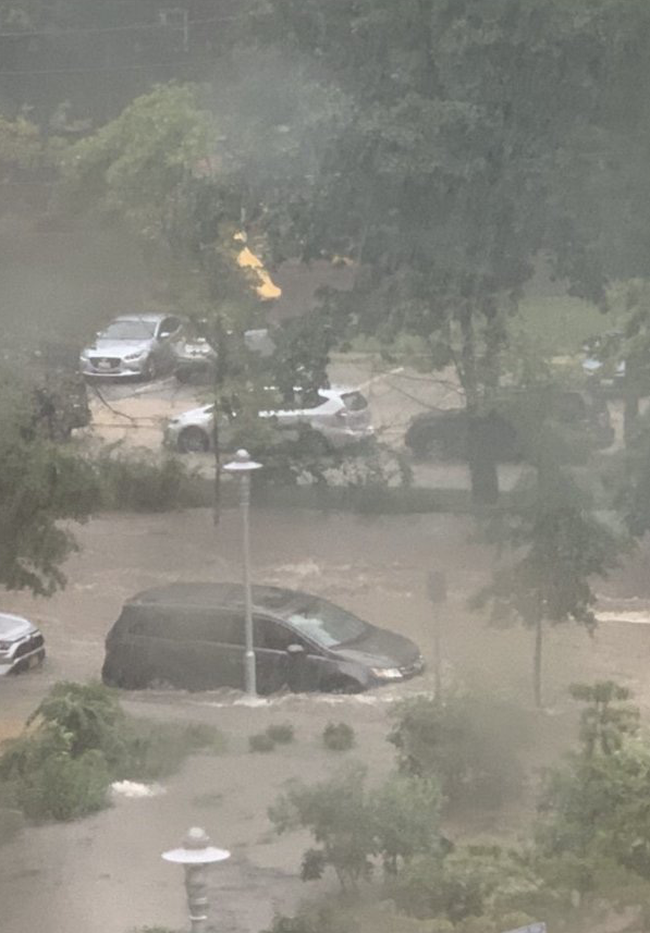 Mưa lớn khiến khuôn viên Nhà Trắng ngập lênh láng - Ảnh 4.