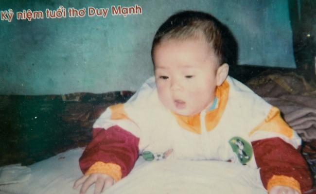 """Lục lại ảnh ngày bé của Duy Mạnh, dân mạng lập tức khẳng định: """"Quỳnh Anh ơi lại không thoát được kiếp đẻ thuê rồi"""" - Ảnh 2."""
