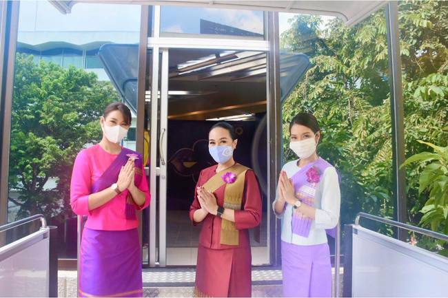 """Bên trong """"nhà hàng máy bay"""" ở xứ Chùa Vàng mô phỏng y hệt chiếc tàu bay, đến nhân viên phục vụ cũng mặc đồ và giao tiếp như tiếp viên hàng không - Ảnh 6."""