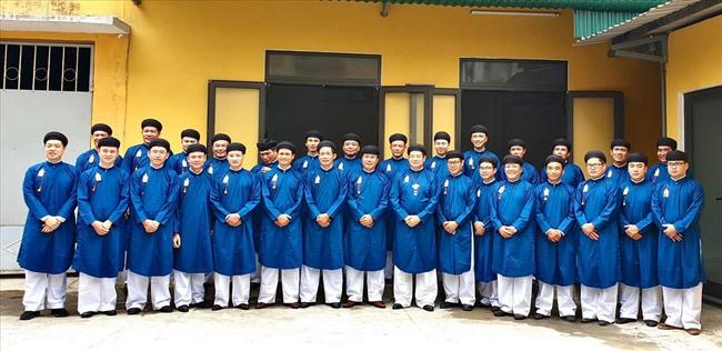 Nam công chức Huế chính thức mặc áo dài ngũ thân đi làm, dân mạng người khen kẻ chê và lãnh đạo Tỉnh cũng đã lên tiếng - Ảnh 3.