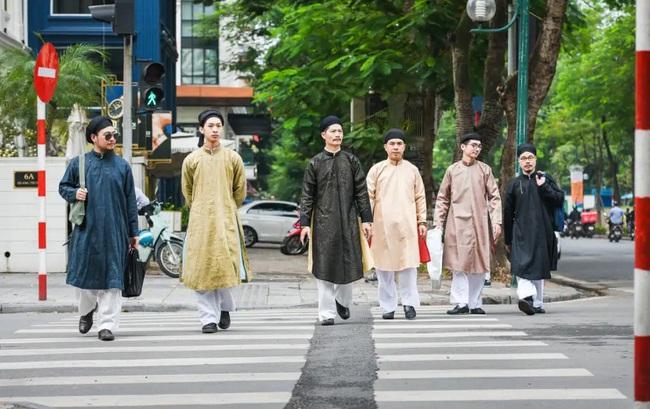 Nam công chức Huế chính thức mặc áo dài ngũ thân đi làm, dân mạng người khen kẻ chê và lãnh đạo Tỉnh cũng đã lên tiếng - Ảnh 6.