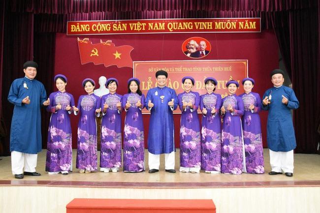 Nam công chức Huế chính thức mặc áo dài ngũ thân đi làm, dân mạng người khen kẻ chê và lãnh đạo Tỉnh cũng đã lên tiếng - Ảnh 2.