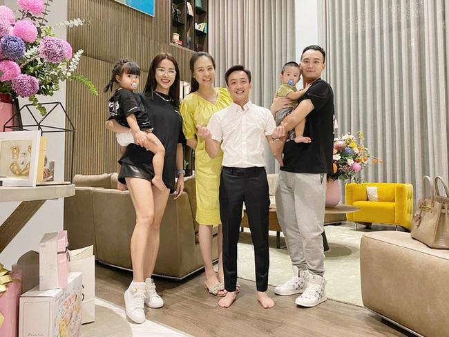 """Đọ sắc hội chị em toàn hot mom của Đàm Thu Trang khi làm """"bà đẻ"""": Người phá nét không nhận ra, người xinh đến mức bác sĩ phải khen - Ảnh 3."""